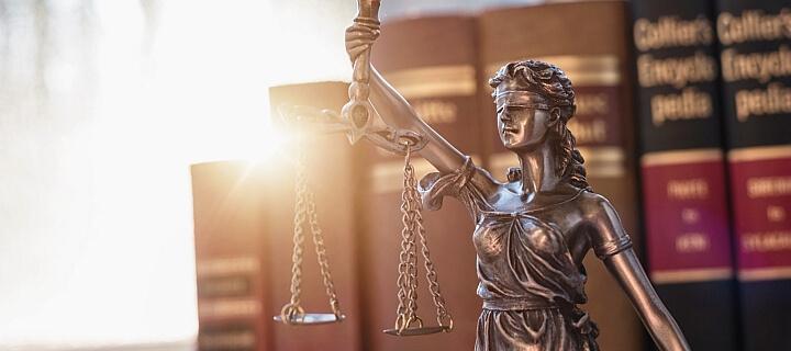 Bewusstlosen Mann in Bank ignoriert: Gericht verhängt hohe Geldstrafen wegen unterlassener Hilfeleistung
